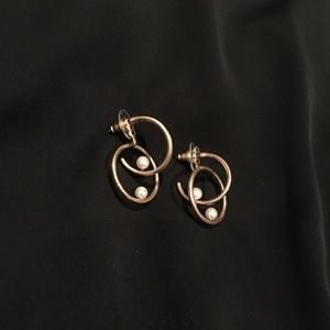 Jewelry - VINTAGE GOLD TONE DOUBLE HOOP EARRINGS